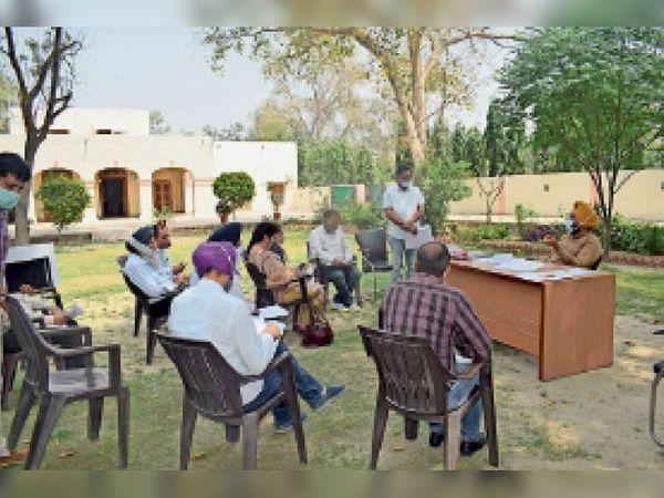 फाजिल्का में अधिकारियों के साथ बैठक करते हुए डीसी। - Dainik Bhaskar