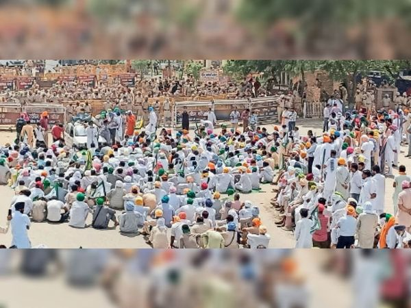 किसानों की गिरफ्तारी के विरोध में गुरु नानक देव चौक में किसानों द्वारा लगाया धरना। - Dainik Bhaskar