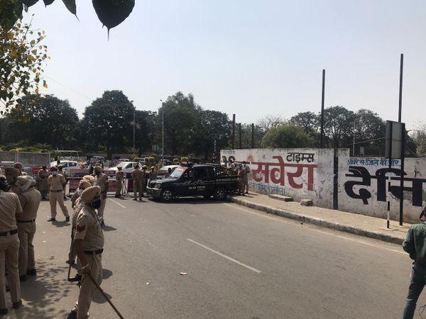 किसानों के विरोध के डर से पुलिस द्वारा सील की गई सड़क।