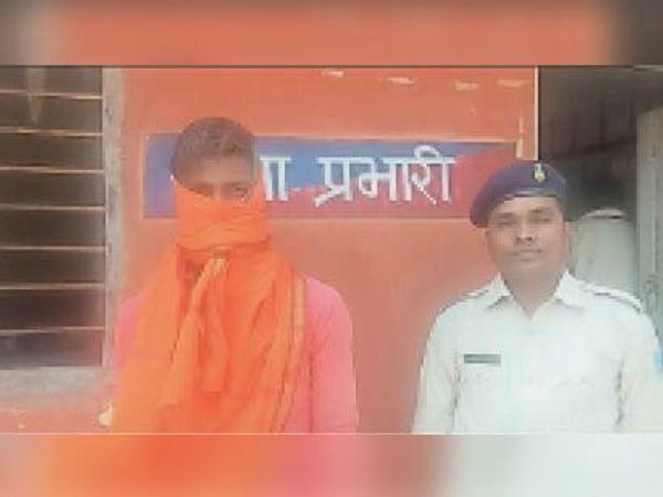 गिरफ्तार युवक। - Dainik Bhaskar
