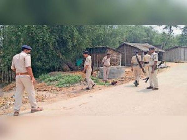 घटनास्थल पर जांच करती पुलिस।