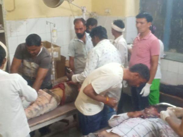 हादसे के बाद अस्पताल पहुंचे घायल और उनके परिजन। - Dainik Bhaskar
