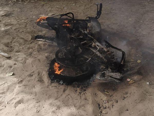 आग के हवाले की गई बाइक। - Dainik Bhaskar