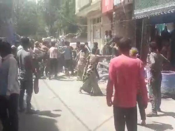 झगड़े का वीडियो वायरल,इसमें महिलाएं भी हाथों में डंडे थामे नजर आ रही हैं, 20 मिनट तक सड़क पर होता रहा फसाद - Dainik Bhaskar