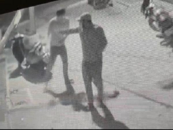 घर में छुपे संदीप पर बाहर खड़े बदमाश गोलियां चलाते हुए सीसीटीवी कैमरे में कैद हुए हैं