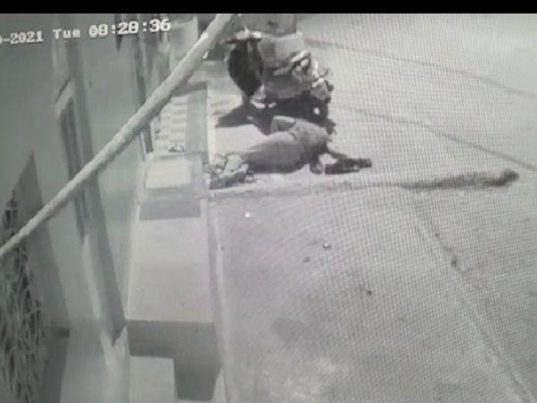 पड़ोसी ने जब उसे अपने घर से निकालकर बाहर फेंक दिया तो वह तड़प रहा था, यहीं पड़े-पड़े हो गई मौत