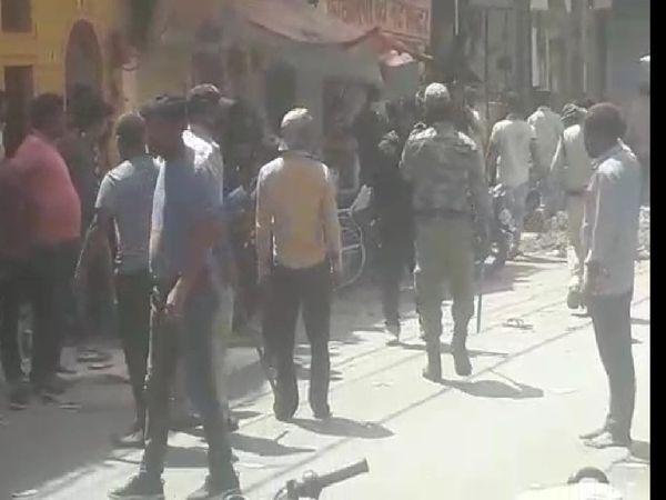 झगड़े के बाद पुलिस मौके पर पहुंची और स्थिति को नियंत्रण में लेने डंडा चलाते हुए