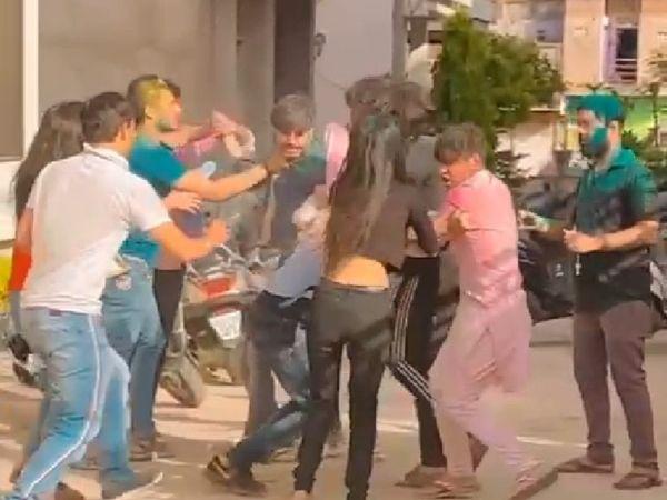 लड़की को रंग लगाने पर लड़के को पीटते युवक-युवतियां। - Dainik Bhaskar