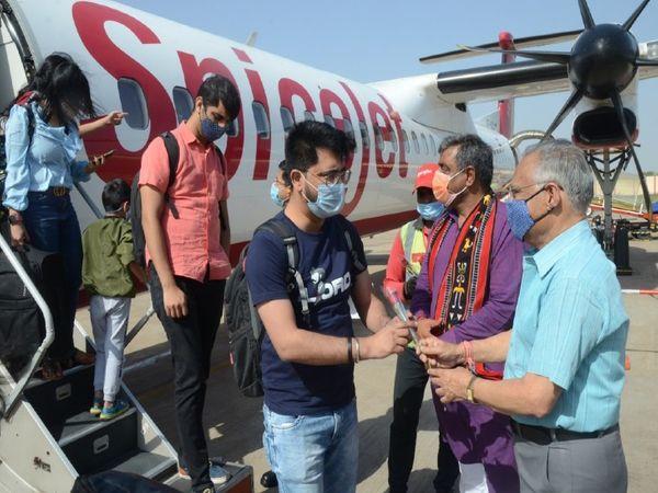 ग्वालियर से पुणे के बीच मिली फ़्लाइट, पहले दिन सोमवार को पुणे से आने वाले यात्रियों का स्वागत करते सांसद विवेक शेजवलकर - Dainik Bhaskar