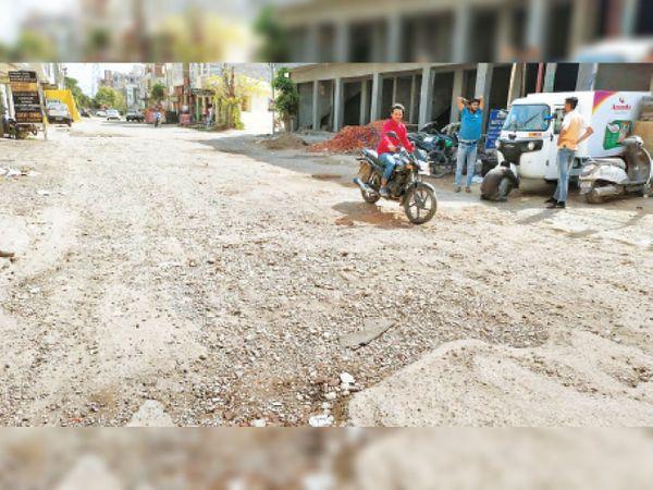 ऐसी हो गई है जमुना एन्क्लेव की सड़क की हालत, गड्ढे होने के कारण ट्रैफिक प्रभावित होता है। - Dainik Bhaskar