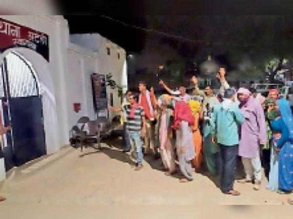 युवक की मौत के बाद मंडी अटेली थाने के बाहर प्रदर्शन करते ग्रामीण। - Dainik Bhaskar