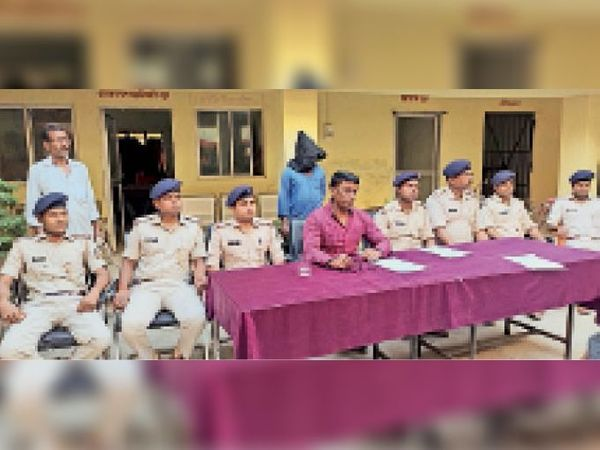 प्रेसवार्ता में घटना की जानकारी देतेपुलिस पदाधिकारी। - Dainik Bhaskar