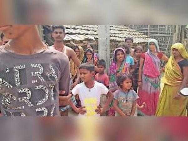 मृतक के मायके में सूचना पर एकत्रित ग्रामीण। - Dainik Bhaskar