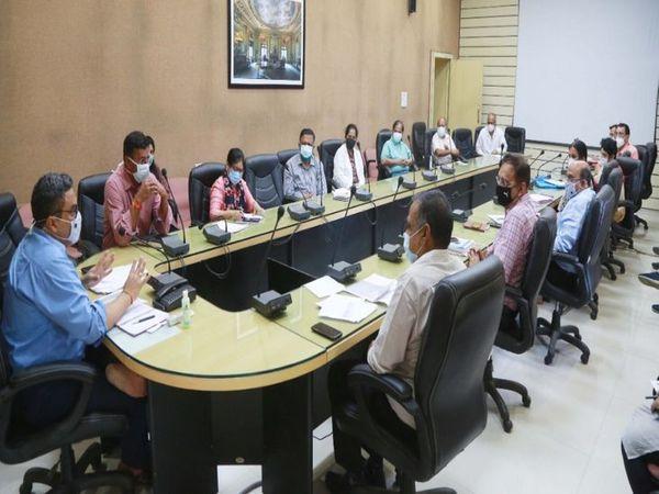 बैठक में कलेक्टर मनीष सिंह, इंदौर विकास प्राधिकरण के सीईओ विवेक श्रोत्रिय, उपायुक्त सपना सोलंकी, संयुक्त संचालक स्वास्थ्य डॉ. अशोक डागरिया भी उपस्थित रहे। - Dainik Bhaskar