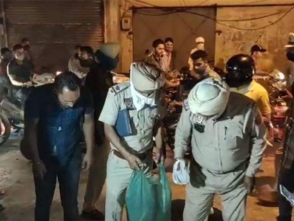 माई हीरां गेट में कूड़े के ढेर से नरकंकाल के टुकड़े इकट्ठा करती पुलिस। - Dainik Bhaskar