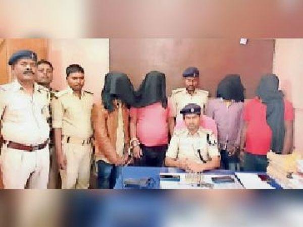 पुलिस गिरफ्त में अपराधी और बरामद हथियार। - Dainik Bhaskar