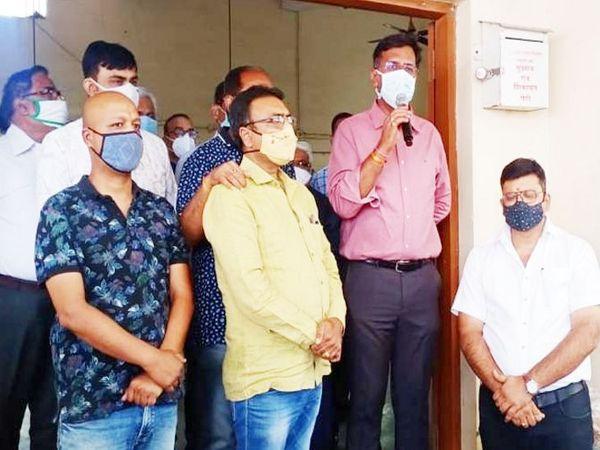 कलेक्टर मनीष सिंह चोइथराम मंडी के साथ ही छावनी मंडी में भी व्यापारियों से चर्चा करने पहुंचे। - Dainik Bhaskar