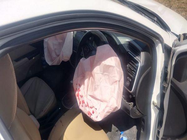 टक्कर के बाद कार के एयर बैग खुलने से बड़ा हादसा टला।