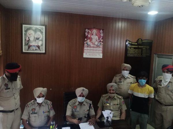 पकड़े गए लुटेरे के बारे में जानकारी देते पुलिस अफसर। - Dainik Bhaskar