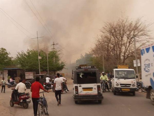 आग लगने के बाद दूर से दिखता उठता धुआं।