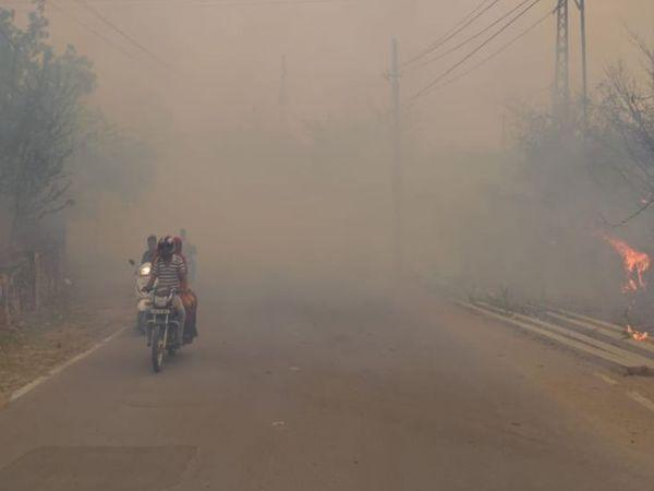 सड़क पर फैला आग का धुआं