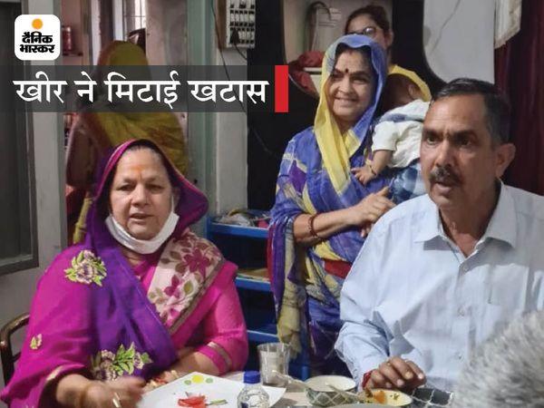 सहाड़ा से कांग्रेस उम्मीदवार गायत्री त्रिवेदी अपने देवर राजेंद त्रिवेदी के घर पर, इस मुलाकात के बाद राजेंद्र त्रिवेदी चुनाव में साथ देने को तैयार हुए हैं - Dainik Bhaskar