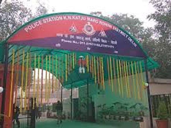 डीसीपी प्रणव तायल ने बताया कि बीते रविवार की शाम 4 बजे केएन काटजू मार्ग इलाके में स्कूटी सवार बदमाशों एक कैब चालक संजय कुमार से उसका फोन लूट लिया था। - Dainik Bhaskar