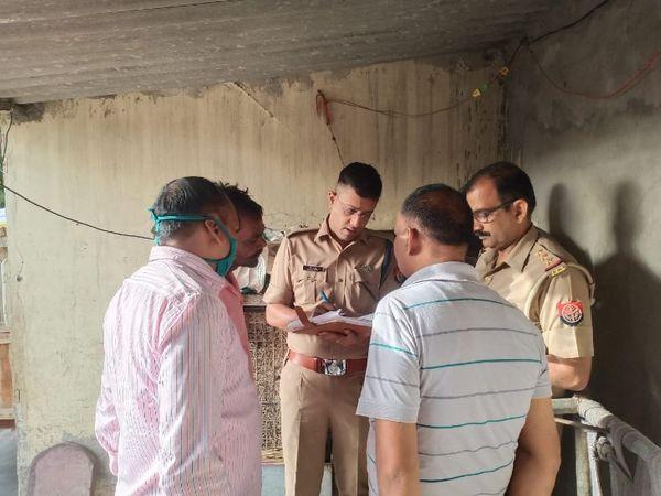 यूपी के आगरा जिले में एक महिला की हत्या के बाद पूछताछ में जुटी पुलिस। - Dainik Bhaskar