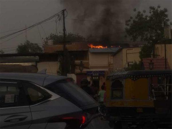 जोधपुर में मंगलवार शाम एक होटल के बार में लगी आग। - Dainik Bhaskar
