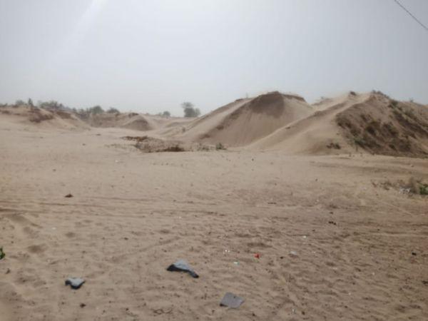 अलवर के बानसूर में तेज हवा के साथ यहां के रेत के टीले से रेत उड़ती रही।