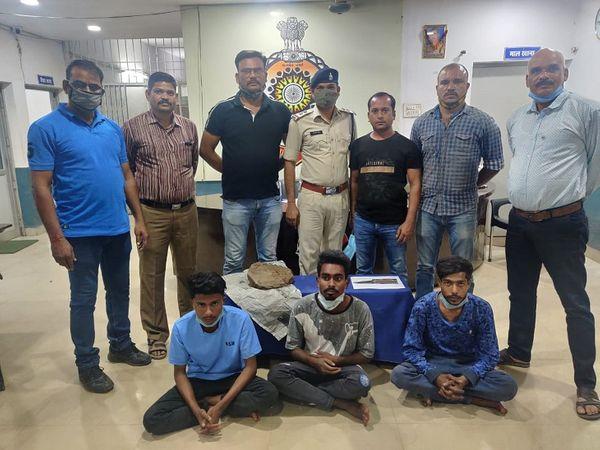 मोहलई में होली के दिन हुई हत्या की गुत्थी सुलढ गई हैं, और इस वारदात को अंजाम देने वाले तीन आरोपियो को दुर्ग पुलिस ने गिरफ्तार कर लिया हैं, - Dainik Bhaskar