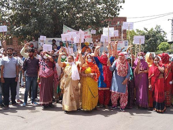 क्लिंकर परिवहन के विरोध में लोहागढ़ संघर्ष समिति ने रैली निकाली। रैली में बड़ी संख्या में महिलाएं भी शामिल हुईं। - Dainik Bhaskar