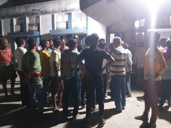 बाढ़ अनुमंडल अस्पताल के बाहर जमा लोग। - Dainik Bhaskar