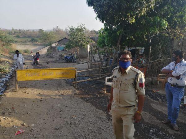 बड़वानी के सेंधवा की वरला तहसील के महाराष्ट्र से आने जाने वाले मार्गों पर बैरिकेडस लगा दिए गए हैं।