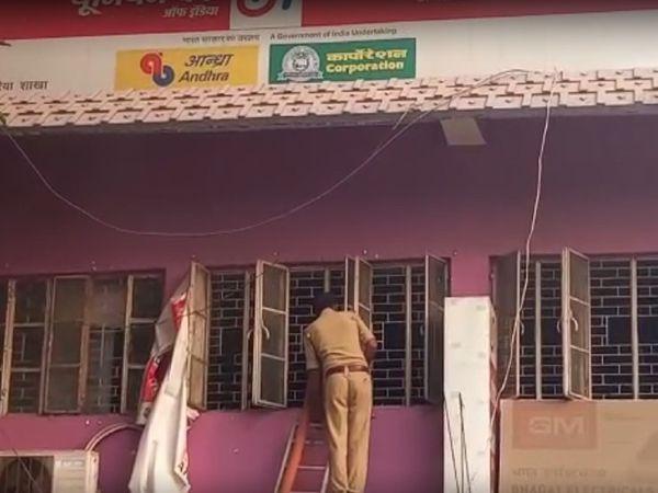 बैंक में लगी आग बुझाते दमकल कर्मी। - Dainik Bhaskar