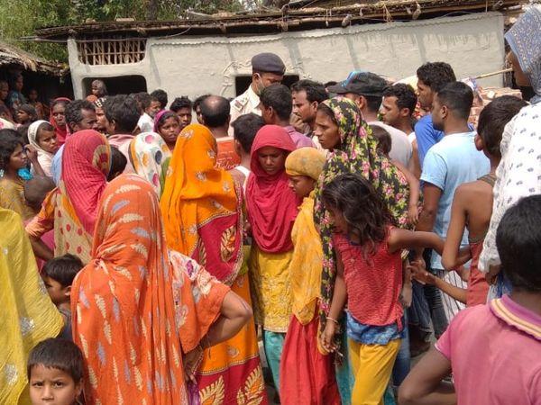 गांव में एक साथ 6 मासूमों की मौत के बाद मातम है, दिनभर गांव के लोग यहां शोक जताने पहुंचते रहे।