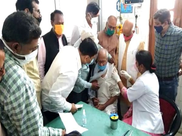 यूपी के गोरखपुर के जिला अस्पताल में कोरोना टीकाकरण की जानकारी लेते राज्यसभा सांसद शिव प्रताप शुक्ला। - Dainik Bhaskar