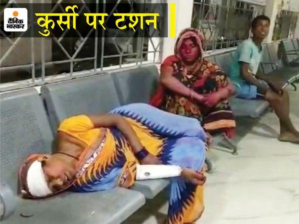 घटना के बाद अस्पताल में घायल महिला। - Dainik Bhaskar
