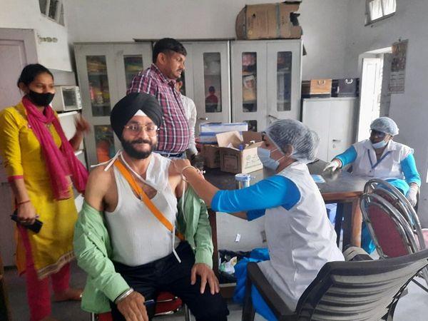 मॉडल टाउन के सेंटर पर वैक्सीनेशन कराते लोग। - Dainik Bhaskar