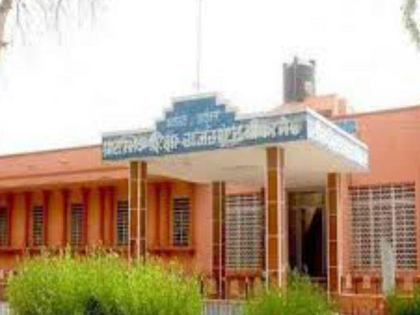 प्रारम्भिक शिक्षा के अधीन संचालित शिक्षा विभागीय पंजीयक कार्यालय की ओर से यह परीक्षा हो रही है। - Dainik Bhaskar