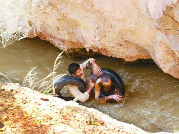हाथी नहर में शव की तलाश। - Dainik Bhaskar