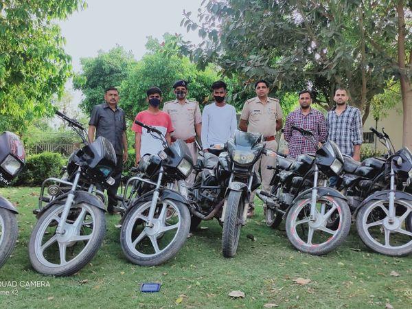 फरीदाबाद। पुलिस के शिकंजे में चढ़े आरोपी और उनसे बरामद चोरी के वाहन। - Dainik Bhaskar