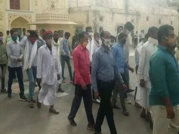 जयपुर में मंगलवार को सेंट्रल जेल से रिहा होकर बाहर आते बंदी। रविवार को प्रदेश के गृह विभाग ने जारी किए थे रिहाई के आदेश - Dainik Bhaskar