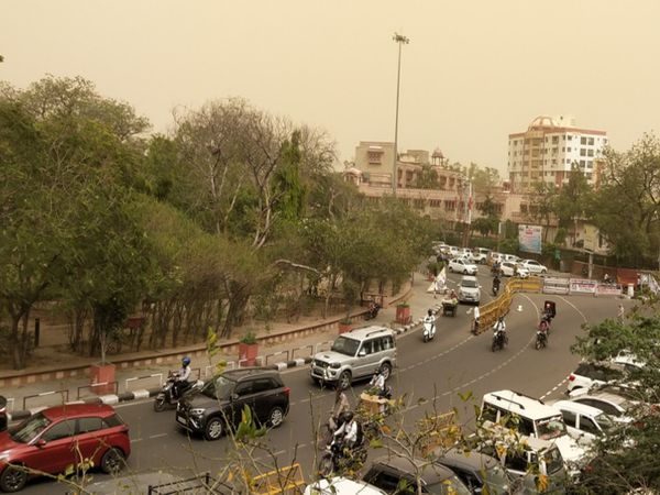 लगातार बढ़ रहे कोरोना संक्रमण केसों का असर सड़कों पर नजर आने लगा है। यहां सड़कों पर भीड़ कम नजर आने लगी है। जयपुर में कलेक्ट्रेट सर्किल का दृश्य - Dainik Bhaskar