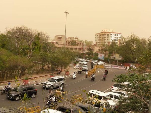 जयपुर- आसमान में छाई धूल।