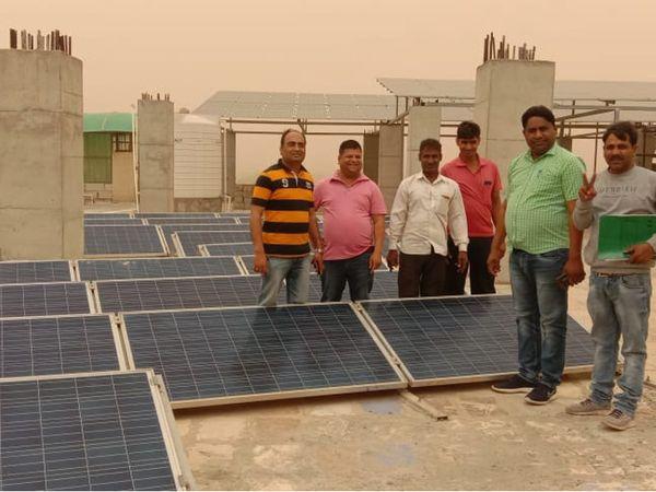 सिंघानिया यूनिवर्सिटी में लगे सौर पैनल जिनसे बिजली उत्पादन किया जा रहा। - Dainik Bhaskar