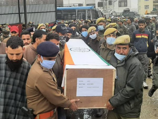 हमले में जान गंवाने वाले पार्षद रियाज अहमद और पुलिसकर्मी शफाकत अहमद को मंगलवार को सुपुर्द-ए-खाक किया गया। - Dainik Bhaskar