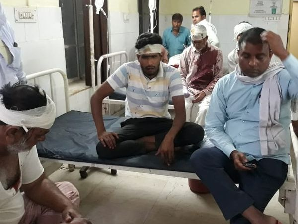 अस्पताल में घायल एक ही पक्ष के लोग।
