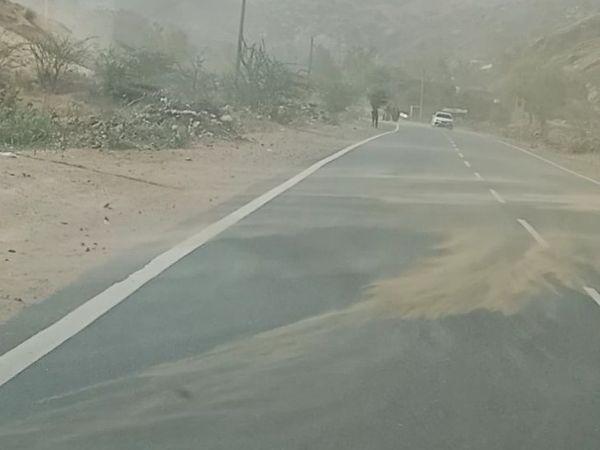 हरसोरा में तेज हवा के साथ इस तरह रोड पर मिट्टी उड़ती रही। - Dainik Bhaskar