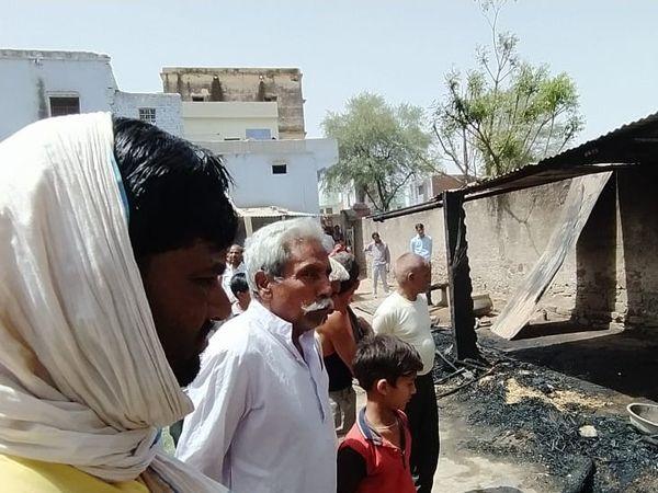 रैणी के मुण्डिया गांव में छप्पर में आग लगी। दो पशु जिंदा जल गए।